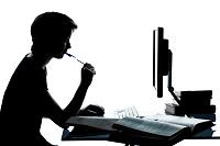 צללית של מחבר מול מחשב